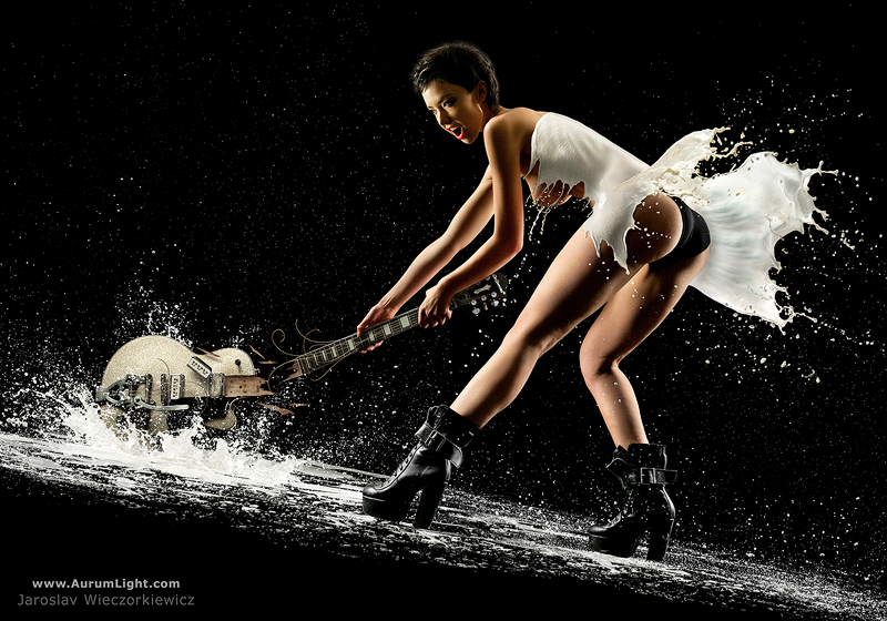 Fotografia, gli scatti di Jaroslav Wieczorkiewicz alle pin up vestite di latte